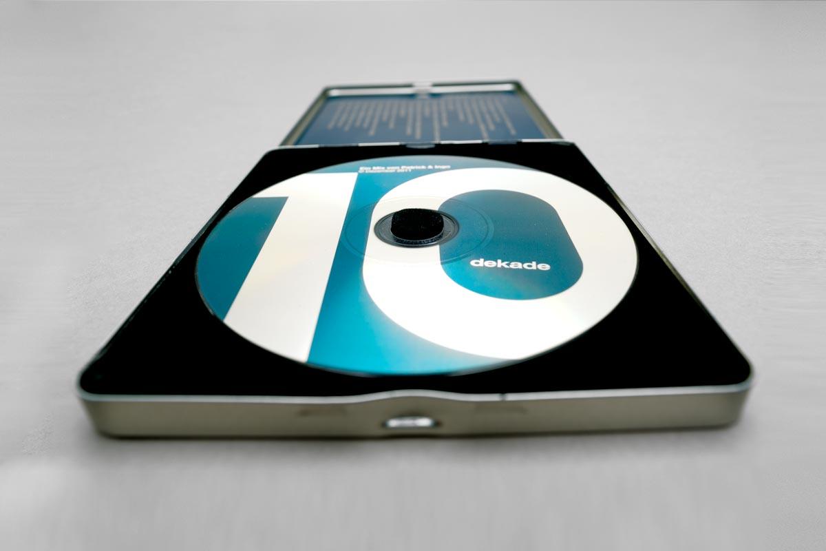 dekade, Musik Compilation, CD Cover, CD-Label, CD Metallhülle, Cover Artwork, Innenansicht, Detail