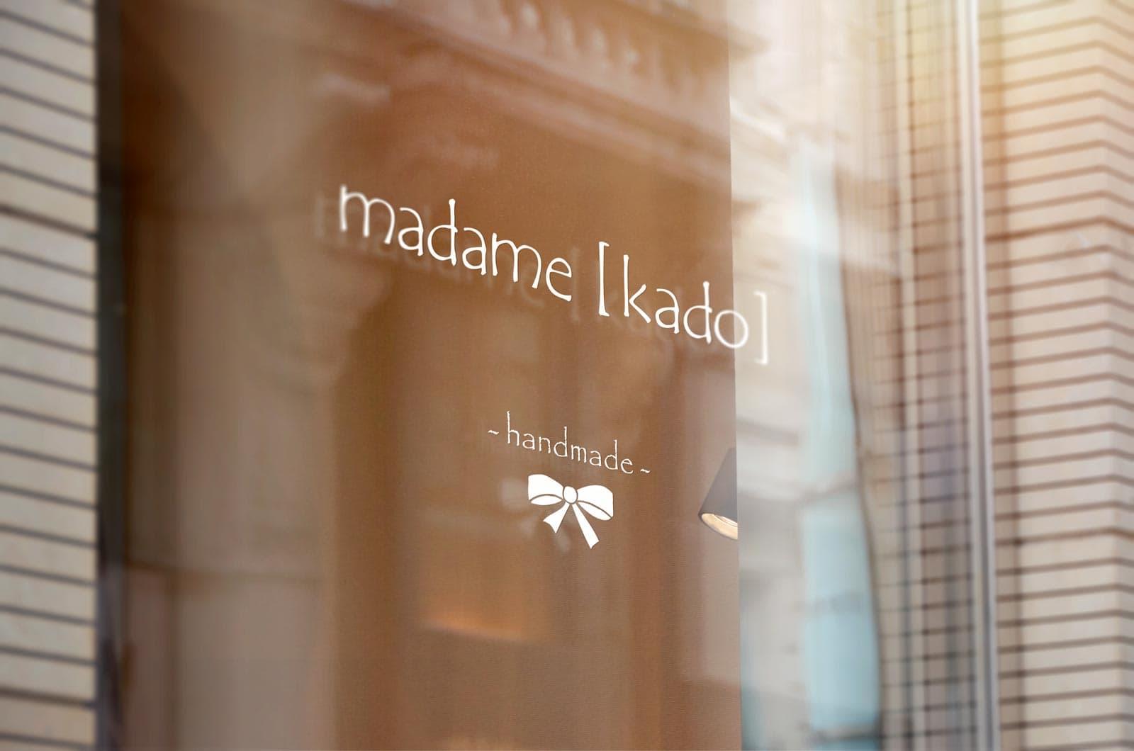 madame kado, Windowsticker, Beschilderung
